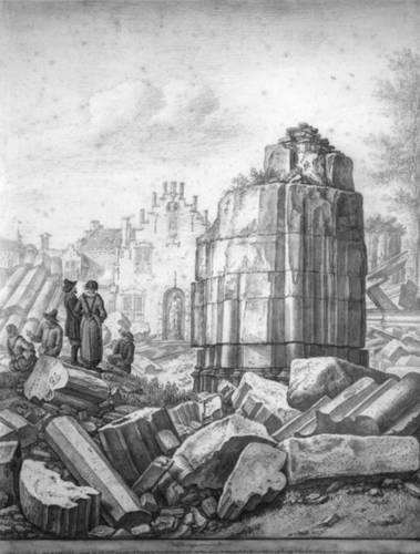 Figuur 5: Gezicht op de ruine van het schip van de Domkerk te Utrecht uit het zuiden: de door de tornado omgedraaide vierde pijler aan de zuidkant van de middenbeuk van het schip, met op de achtergrond de voorgevels van de huizen aan de noordzijde van het