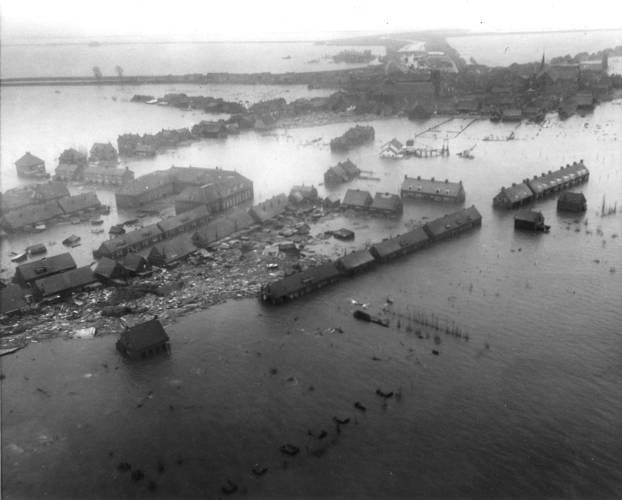 Oude-Tonge op Goeree-Overflakkee is overstroomd met water
