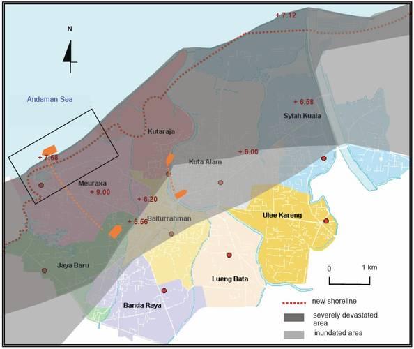 Fig 4. Kaart van Banda Atjeh met de oorspronkelijke en de nieuwe kustlijn, het gebied dat grotendeels verwoest is en het gebied dat overstroomd is. De oranje symbolen geven de verplaatsing weer van twee schepen door de tsunami.