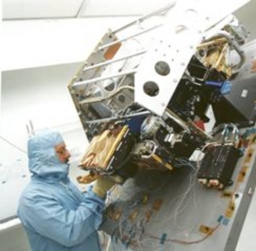 Figuur 1: De Envisat satelliet, gelanceerd op 1 maart 2002, met tien instrumenten aan boord waaronder SCIAMACHY. Het contact werd verbroken op 8 april 2012. (Bron:ESA). Figuur 1: De Envisat satelliet, gelanceerd op 1 maart 2002, met tien instrumenten aan