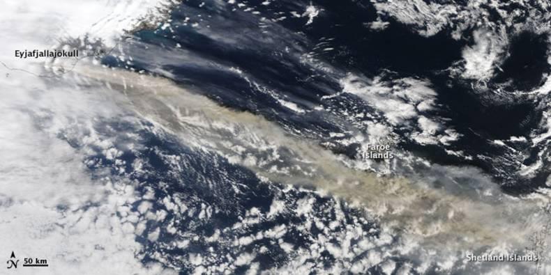 Figuur 3. Satellietbeeld gemaakt door het MODIS-instrument. De pluim is duidelijk zichtbaar als een bruine band boven de Noord-Atlantische Oceaan. (NASA figuur door MODIS Rapid Response Team, NASA GSFC, Verenigde Staten).