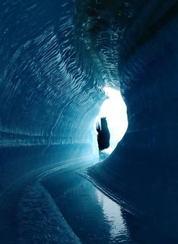 Figuur 3: Een ijskanaal onder het glacieroppervlak uitgesleten door smeltwater. Belcher Glacier, Devon Island, Nunavut, Canada (credit: A. Gardner).
