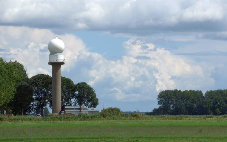 De radarantenne van het KNMI in Herwijnen