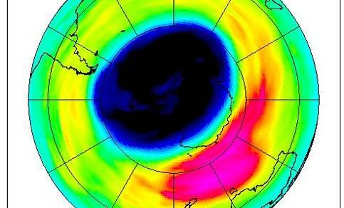 """Figuur 4b: Situatie op 25 september 2003, met """"normaal"""" ozongat. De kleuren geven de hoeveelheid ozon in Dobson Units (DU) aan (Bron: H. Eskes, KNMI)."""