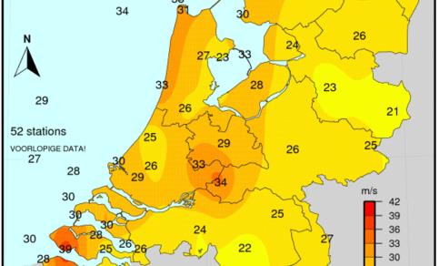 Figuur 3: Maximale windstoot gemeten op 3 januari 2018. In de zuidelijke helft werden de hoogste stoten meestal gemeten tijdens de passage van het koufront in de nanacht, in de noordelijke helft overdag tijdens de passage van het grootschalige windveld.