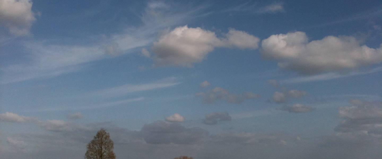 Een Hollandse lucht met alleen natuurlijke lage bewolking en cirrus, zonder vliegtuigsporen