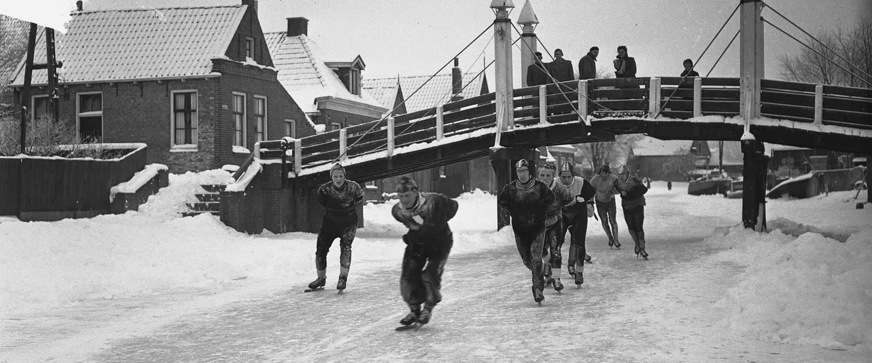 schaatsers tijdens de elfstedentocht in hindeloopen