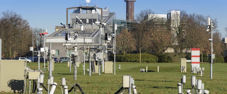 Foto van het KNMI-gebouw en meetveld