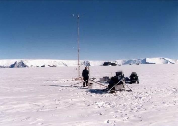 KNMI-onderzoeker Richard Bintanja op expeditie in Oost-Antarctica bij de Zweedse basis Svea