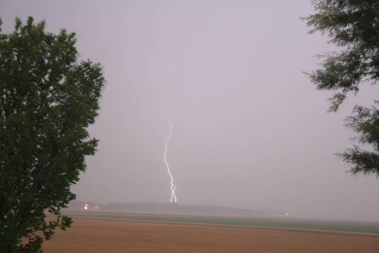 Het geluid van de donder legt in drie seconden een afstand van ongeveer 1 kilometer af. Als de donderklap binnen 10 seconden na de bliksem volgt is het onweer gevaarlijk dichtbij