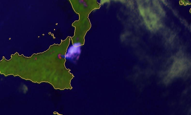 Satellietbeeld van de eruptie van de Etna op 18 maart 2012