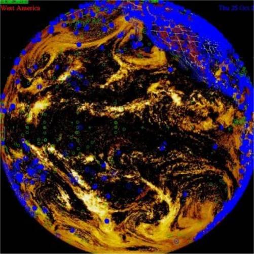 Satellietfoto toont een groot deel van de Grote Oceaan. Op een willekeurig tijdstip is een groot aantal schepen hier bezig met het verrichten van weerkundige waarnemingen. De posities van de schepen zijn herkenbaar aan de kleine rondjes.