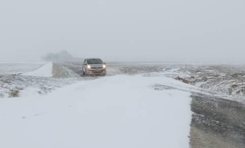 Sneeuwduinen belemmeren het verkeer