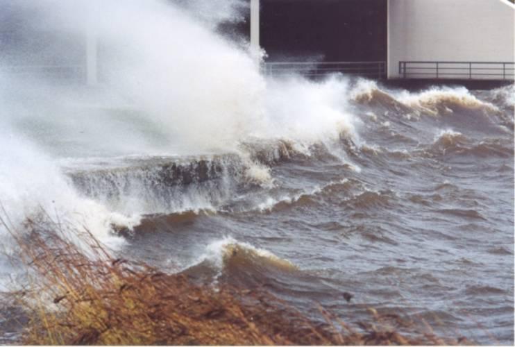 Zware storm bij de sluizen van het Lauwersmeer (foto: Hendrik van Kampen)