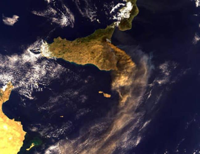 Satellietbeeld van de rookpluim van de Etna op 28 oktober 2002 gezien door de Medium Resolution Imaging Spectrometer (MERIS) aan boord van ESA's Envisat satelliet