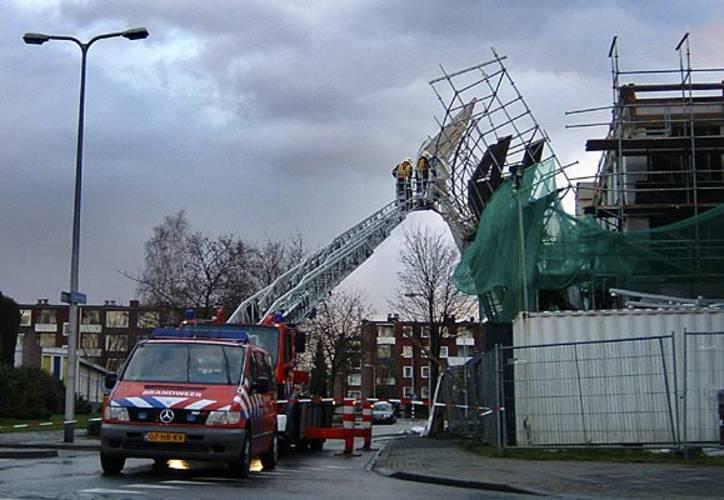 Een door de wind losgeraakte bouwsteiger van een appartementencomplex