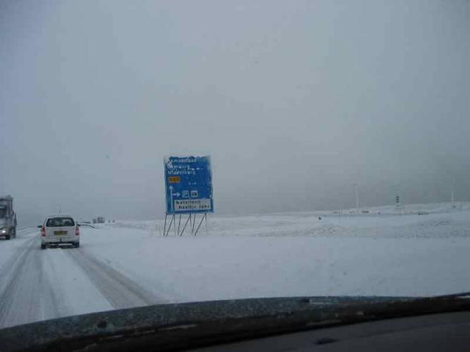 sneeuwbui op de snelweg
