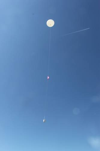 Wekelijks wordt bij het KNMI in De Bilt een speciale weerballon opgelaten met een ozonsonde om de hoeveelheid ozon in de atmosfeer te meten