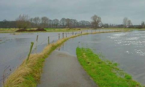 Overstroming van het riviertje de Mark bij Breda. Waar het witte paaltje staat loopt het ondergelopen fietspad waar, in de zomer, honderden mensen per dag gebruik van maken.