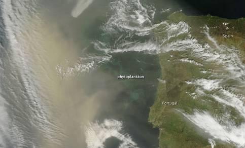 satellietbeeld van stofstorm voor de kust van Portugal