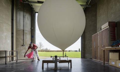 De weerballon wordt in de vulhut bij het KNMI gevuld met helium