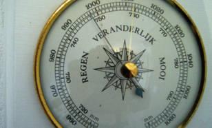 Barometer meet de luchtdruk in hectoPascal en millimeters