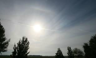 Afbeelding van cirrostratus met een halo rondom de zon