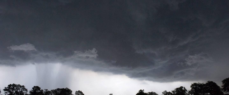 Onheilspellende wolkenluchten die buien aankondigen