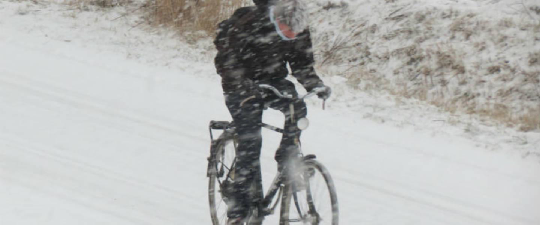 Een fietser ploetert door de sneeuw (Bron: Jannes Wiersema)