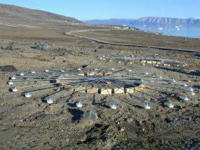 Meetinstrument IS18 is het IMS infrageluid array op Groenland. (Bron: CTBTO Public Information)