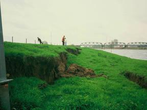 Waterkeringschade door aardbeving bij Roermond in 1992. Je ziet scheuren in de rechteroever van de Maas bij Leeuwen, tegenover Buggenum. (Bron: Rijkswaterstaat/Henk Bakker)