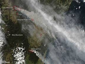 Satellietbeeld van omvangrijke bosbranden in Australië (Bron: NASA, Earth Observatory)