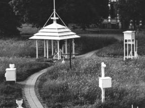 Oude temperatuurmeting in De Bilt. In de nok van de Pagode, de grote open hut met een puntdak, staat een thermograaf voor registratie van de temperatuur. Naast de Pagode staat een Stevensonhut, die op vrijwel alle weerstations werd gebruikt. ©KNMI
