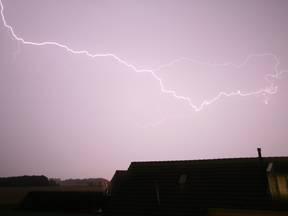 Het meest onweersrijke gebied, waar het jaarlijks op 30 tot 34 dagen onweert, is een strook die zich uitstrekt van Antwerpen tot het Gooi (Bron: Jannes Wiersema)