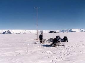 KNMI-onderzoeker Richard Bintanja op expeditie in Oost-Antarctica bij de Zweedse basis Svea (Bron: C. Reijmer)