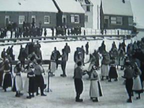 Volksdansen op het ijs (bron: polygoonjournaal)