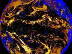 De satellietfoto toont een groot deel van de Grote Oceaan. Op een willekeurig tijdstip is hier een groot aantal schepen bezig met het verrichten van hun weerkundige waarnemingen. De posities van de schepen zijn herkenbaar aan de kleine rondjes.