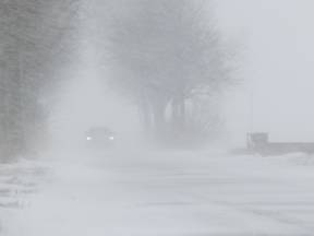 Stuifsneeuw leidt tot slecht zicht (Bron: Jannes Wiersema)