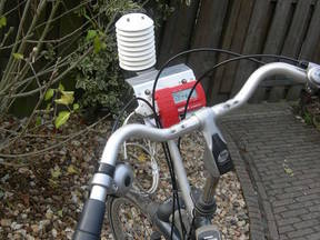Het weerstation op de fiets waarmee KNMI-onderzoeker Theo Brandsma onderzoek deed naar het warmte-eilandeffect van Utrecht ©KNMI