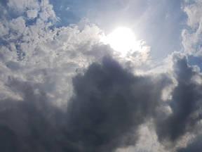Als de zon af en toe schuil gaat dringt minder UV tot de aarde door dan bij een onbewolkte lucht (Bron: Jannes Wiersema)