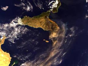 De rookpluim van de Etna op 28 oktober 2002 gezien door de Medium Resolution Imaging Spectrometer (MERIS) aan boord van ESA's Envisat satelliet