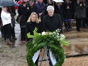 Ter herdenking van de ramp zestig jaar later heeft minister Schultz van Haegen samen met deltacommissaris Wim Kuijken een krans gelegd bij het Nationale Watersnoodmonument (Bron: Ministerie van Infrastructuur en Milieu)