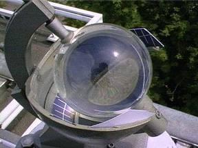 Campbell Stokes zonneschijnmeter, waarmee vroeger de duur van de zonneschijn werd bepaald ©KNMI/Bert Bergman