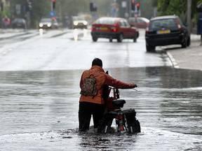 Wolkbreuken leiden lokaal tot wateroverlast in Enschede (Bron: Robert Hoetink)