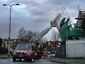Een door de wind losgeraakte bouwsteiger van een appartementencomplex (Foto: Robert Hoetink)