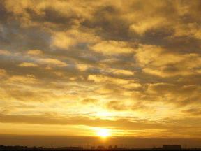 Zonneschijn kleurt wolken geel en oranje