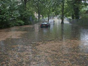 Een ondergelopen straat door extreme regenval (Bron: Leo Wouters)