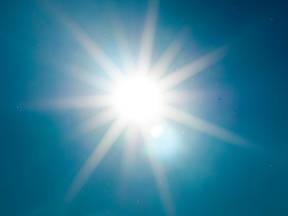 Zon aan blauwe hemel Foto Michael Swan