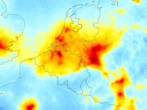 kaart met de verdeling van stikstofdioxide boven Nederland en directe omgeving