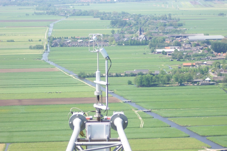 Turbulence instruments at the 180 m level of the meteorological mast.